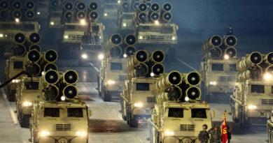 Grandiózus katonai parádét tartottak Észak-Koreában a sztálinista állampárt megalakulásának 75. évfordulóján