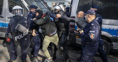 Könnygázzal kellett feloszlatni a korlátozások ellen tüntetőket Varsóban