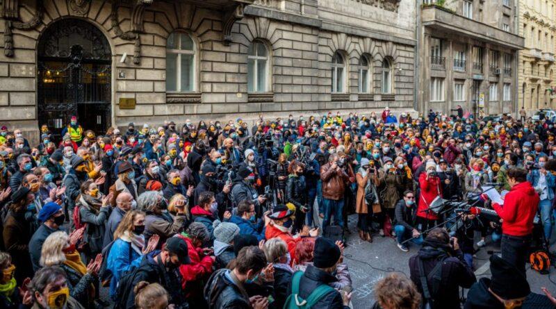 Szigorít a kormány: maszkot kell viselni a szabadtéri rendezvényeken péntektől