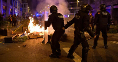 Rendőrökkel csaptak össze a korlátozások ellen tüntetők Barcelonában