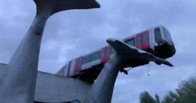 Túlfutott a metró Hollandiában, egy bálnafarok szobrán végezte