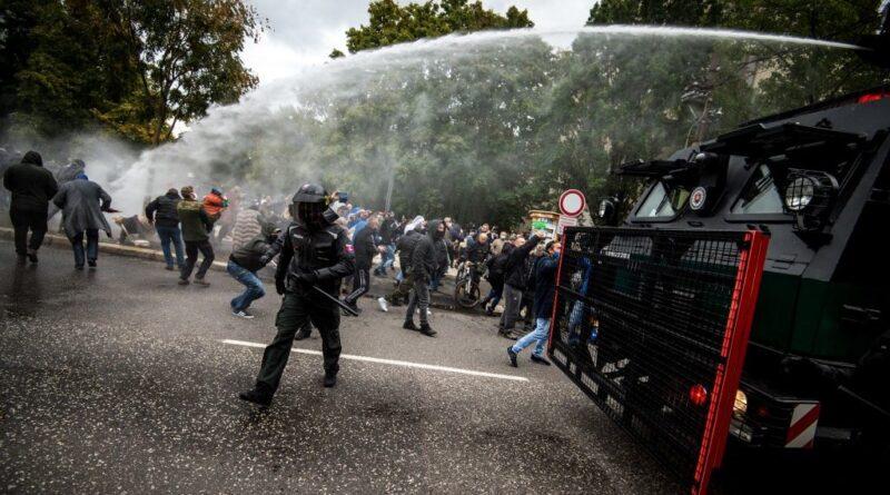 Pozsonyi összecsapás: vízágyúval kergették szét a tüntető ultrákat