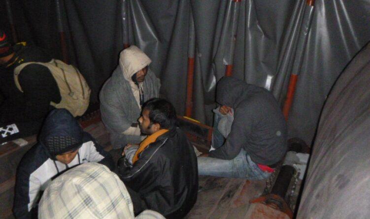 Egy tehervonat rakománya közé bújva próbált Magyarországra szökni 12 migráns
