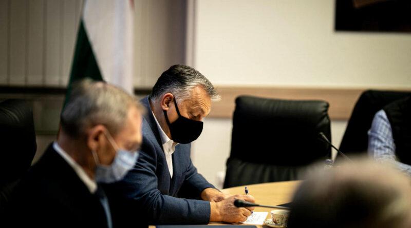 """""""Tudós tanácsadó urak"""" erősítették meg Orbánt abban a hitében, hogy hamarosan itt lehet az európai, kínai és orosz vakcina"""