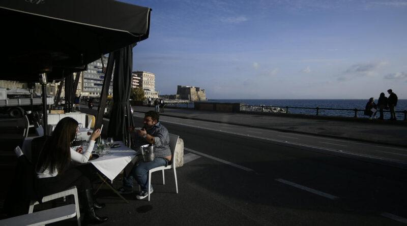 Tömegek lepték el Nápoly és Firenze utcáit a lezárás előtti utolsó napon