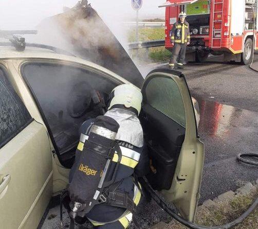 Egy benzinkúton gyulladt ki egy autó motortere az M7-esen
