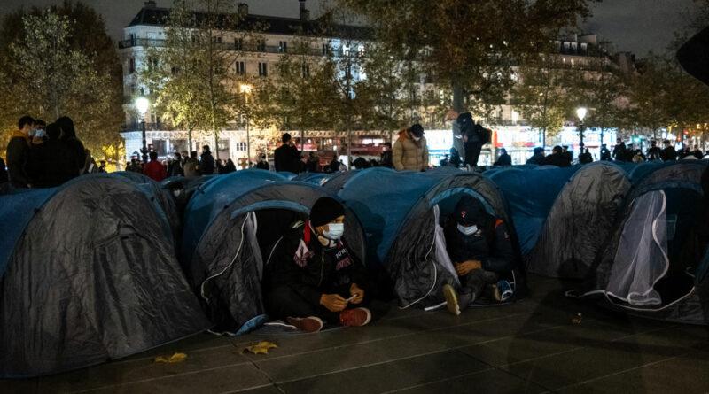 A francia belügyminiszter szerint felkavaró volt látni, ahogy a rendőrök felszámoltak egy illegális menekülttábort