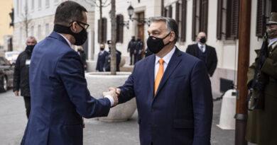 Az Európai Bizottság szerint nem verték át Orbánt és Morawieckit