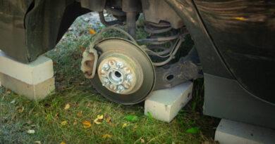Arra ébredt, hogy tolvajok este teljesen szétlopták a háza előtt álló AMG Mercedesét