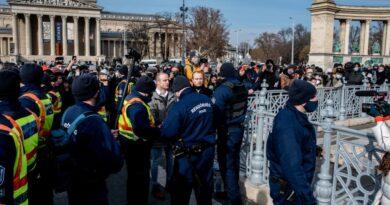 Fejenként félmilliós bírságot kaptak az üzletnyitásért tartott hétvégi tüntetés szervezői