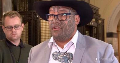 Kizárták az új-zélandi parlament üléséről a maori képviselőt, mert nem hajlandó nyakkendőt viselni