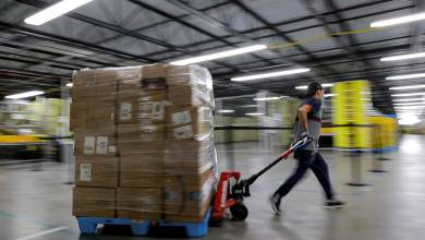 Már a közlekedési jelzőlámpákat is módosítja az Amazon félelmében