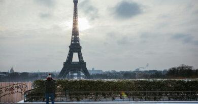 Lángszóróval kellett leszedni a jeget az Eiffel-toronyról