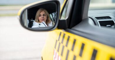 """""""Ahhoz képest, hogy nő, elég jól vezet"""" – így lett a háromgyerekes anyuka az év taxisofőrje"""